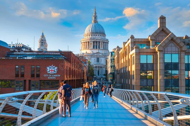 Vue de la cathédrale de St Paul le pont de millénaire image libre de droits