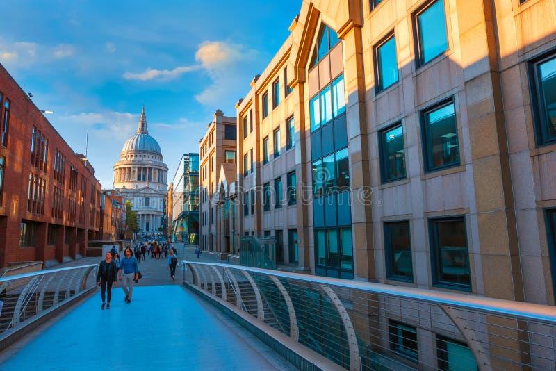 Vue de la cathédrale de St Paul le pont de millénaire images stock