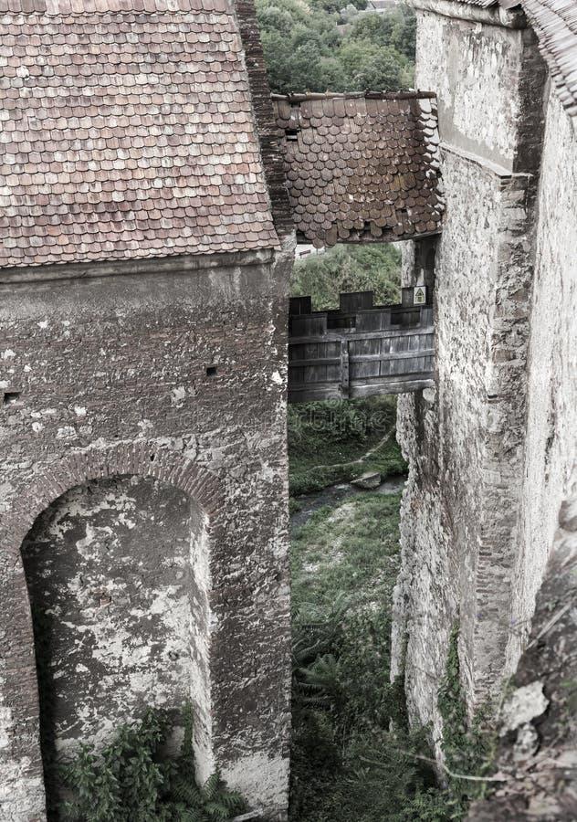 Vue de la cour, au sujet d'un petit pont entre les tours dedans images stock