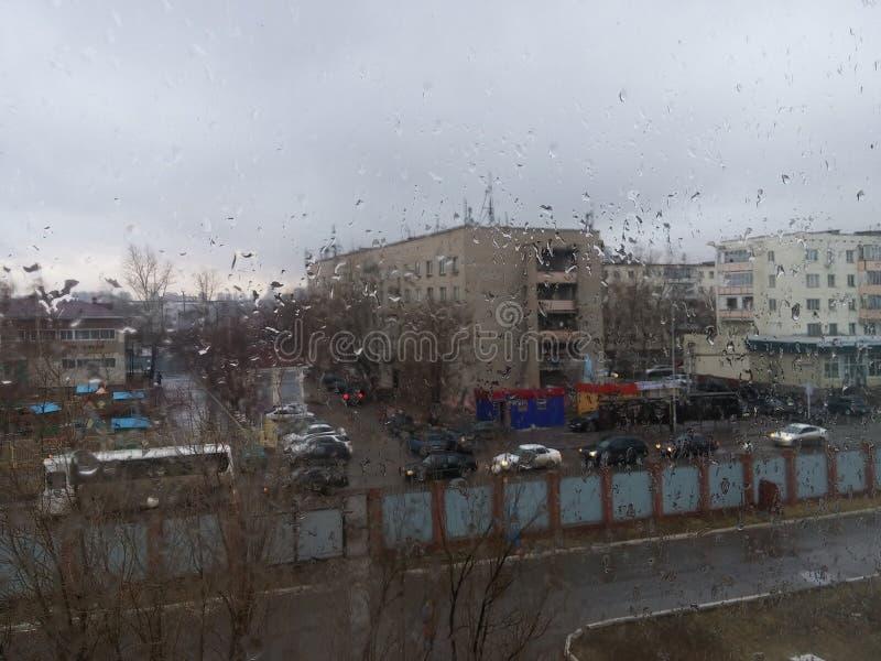 Vue de la fenêtre après la pluie photo stock