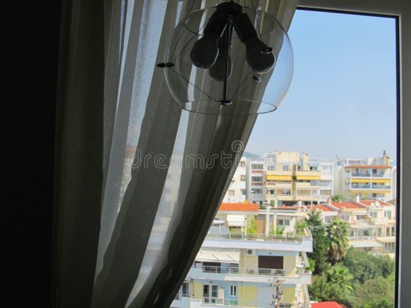 Vue de la fenêtre d'hôtel sur les toits lumineux des maisons dans la ville européenne du sud photo libre de droits
