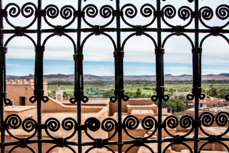 Vue de la fenêtre, Kasbah Taourirt, Ouarzazate photographie stock libre de droits