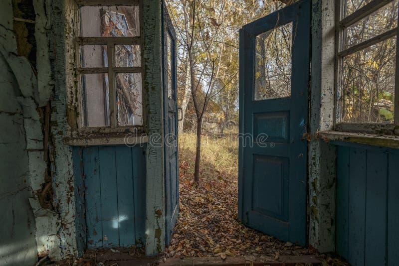 Vue de la fenêtre sur la cour d'automne photographie stock
