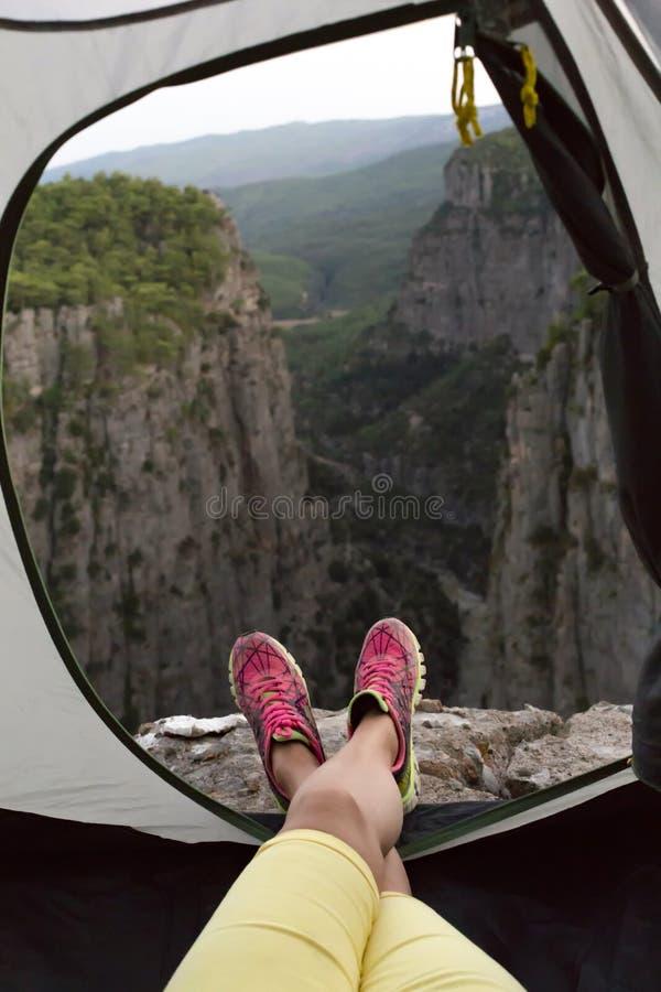 Vue de la fille et du canyon de Tazi à l'intérieur de la tente de camp photo libre de droits