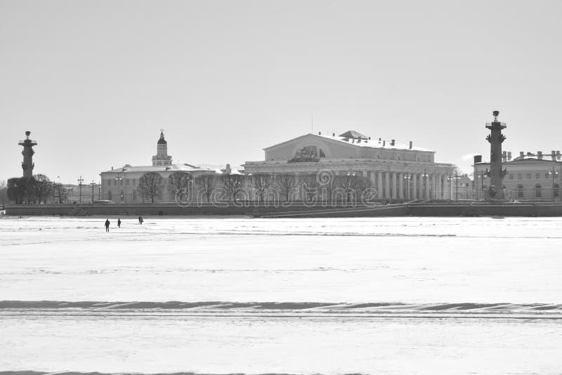 Vue de la flèche de l'île de Vasilievsky et de la rivière congelée de Neva photographie stock