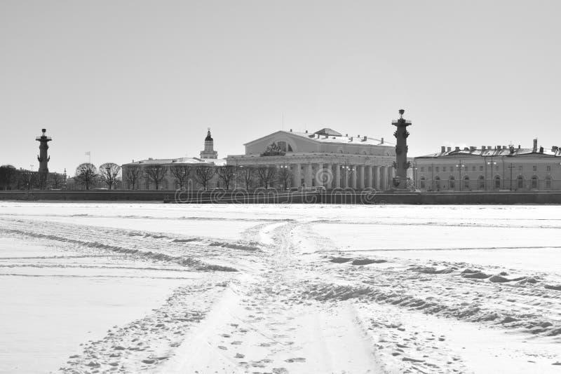 Vue de la flèche de l'île de Vasilievsky et de la rivière congelée de Neva image libre de droits