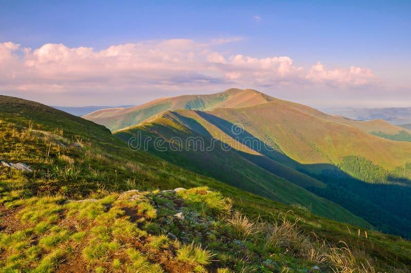 Vue de la gamme de montagne au lever de soleil Horizontal de montagne d'été images stock