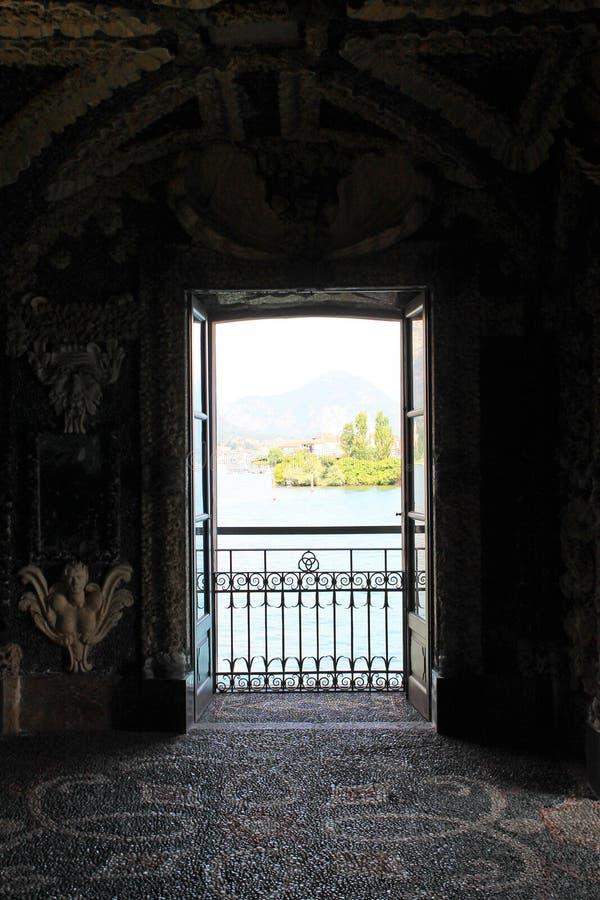 Vue de la grande fenêtre du palais sur le lac Maggiore Italie photos stock