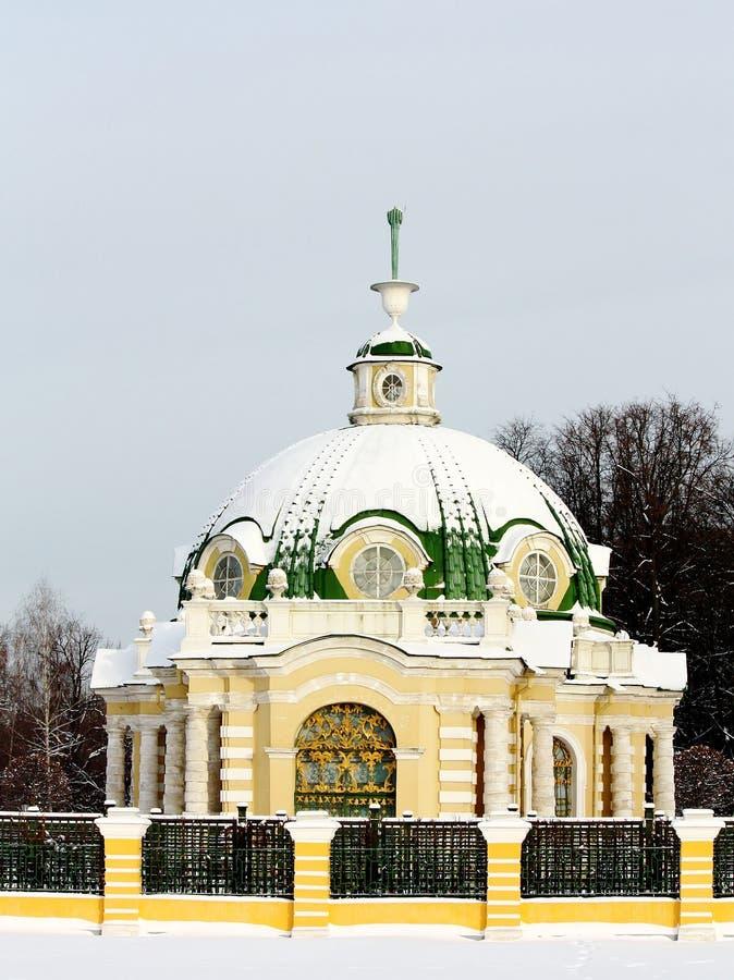 Vue de la grotte dans le patrimoine de Kuskovo image stock