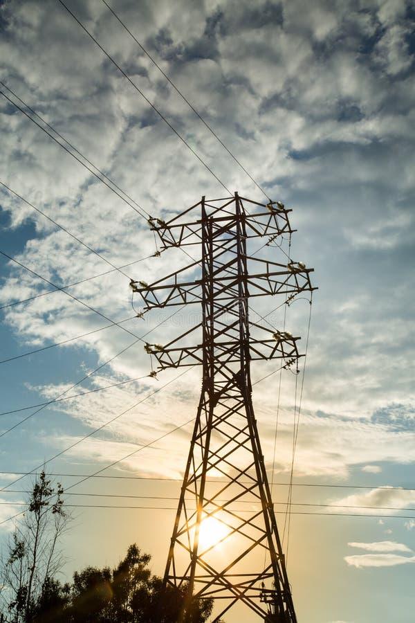 Vue de la ligne électrique sur le fond des nuages et du coucher de soleil photographie stock libre de droits