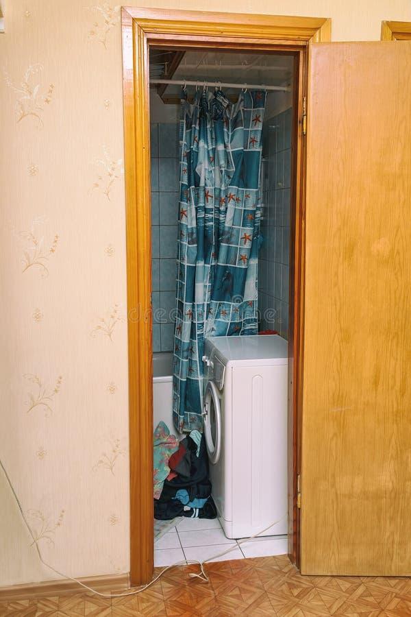 Vue de la machine à laver dans la petite salle de bains photos stock