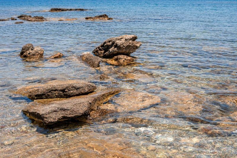 Vue de la mer bleue transparente avec de grandes roches images libres de droits