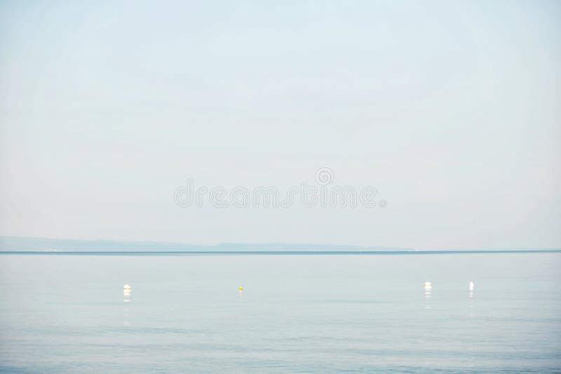 Vue de la mer calme pendant le matin images stock