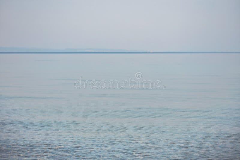 Vue de la mer calme pendant le matin images libres de droits