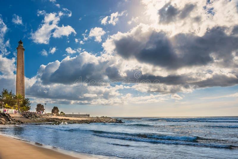 Vue de la mer, ciel avec les nuages et le phare de Maspalomas photo libre de droits