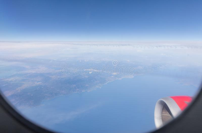 Vue de la mer M?diterran?e, les ?les de la Gr?ce, l'aile du plan et du moteur de l'avion du bloc d'?clairage du Th photographie stock