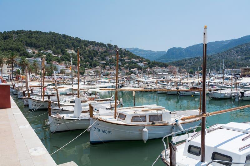 Vue de la mer de la ville, yachts, plage, rues, hôtels photographie stock libre de droits