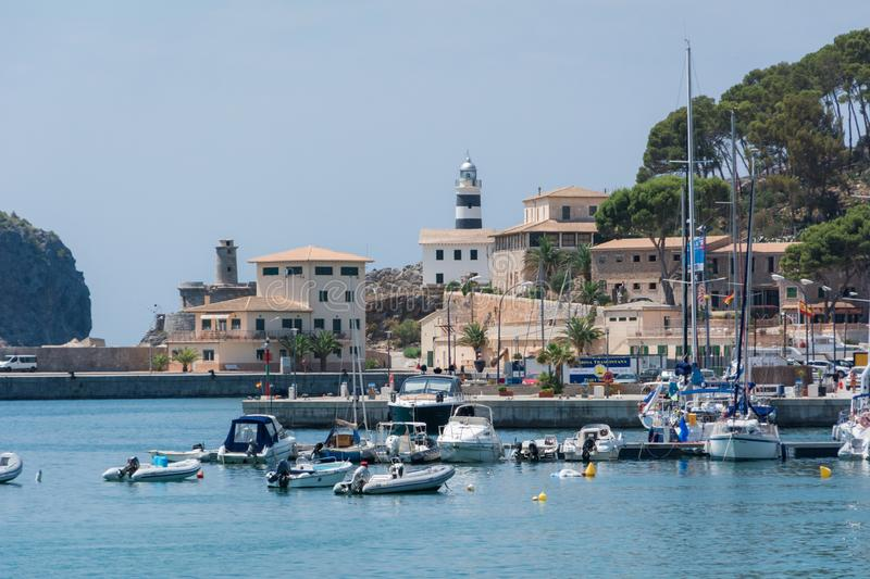 Vue de la mer de la ville, yachts, plage, rues, hôtels images stock