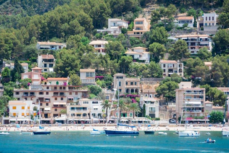 Vue de la mer de la ville, yachts, plage, rues, hôtels photo libre de droits