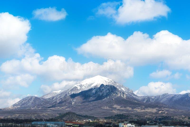 Vue de la montagne Beshtau près de la ville de Pyatigorsk dans la région de Stavropol Le printemps 2019 image stock