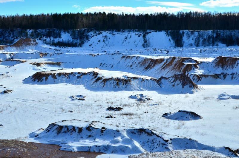 Vue de la montagne en hiver, couverte de la neige, un petit canyon photos stock