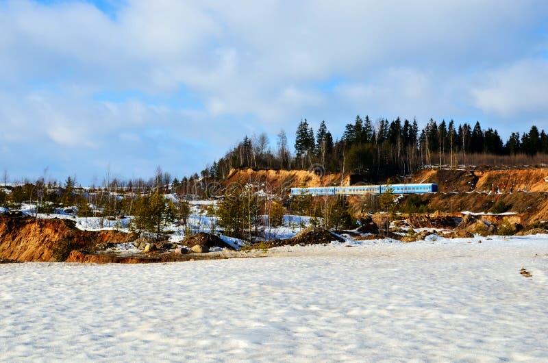 Vue de la montagne en hiver, couverte de la neige, un petit canyon photo stock