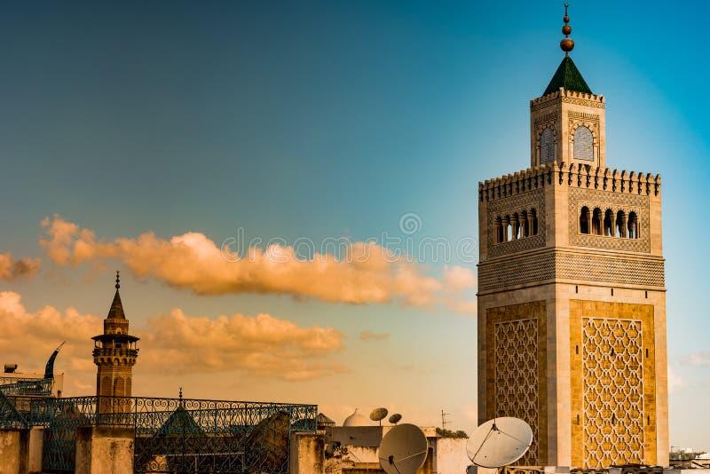 Vue de la mosquée d'Al-Zaytuna et l'horizon de Tunis à l'aube image stock