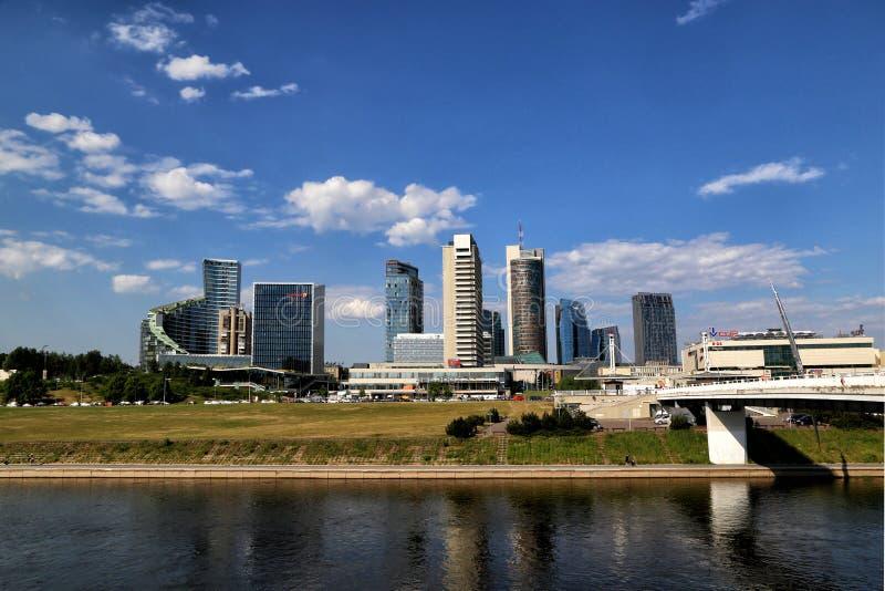 Vue de la partie moderne de la ville de la rivière photos stock