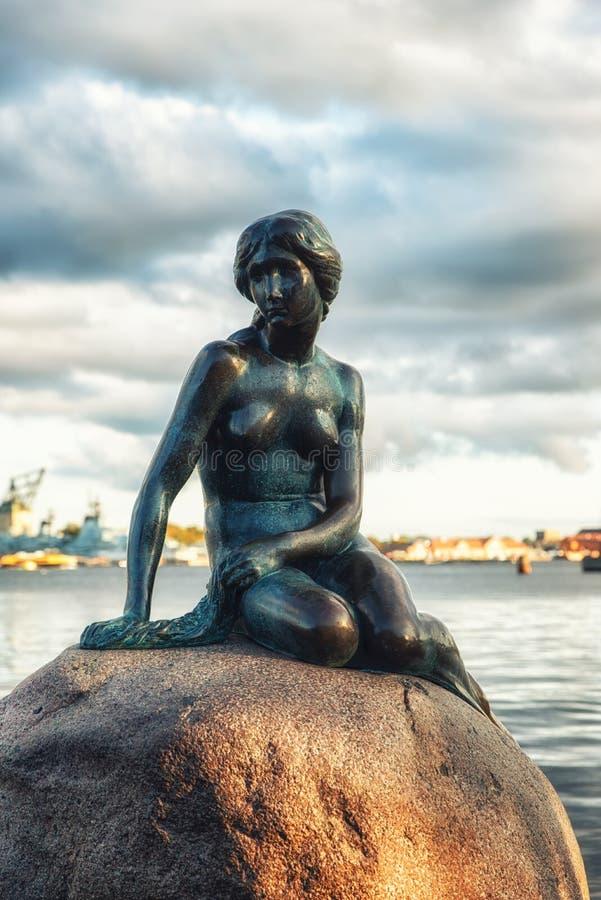Vue de la petite statue de sirène à Copenhague Danemark photo stock