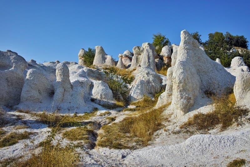 Vue de la pierre de phénomène de roche épousant près de la ville de Kardzhali, Bulgarie photographie stock libre de droits