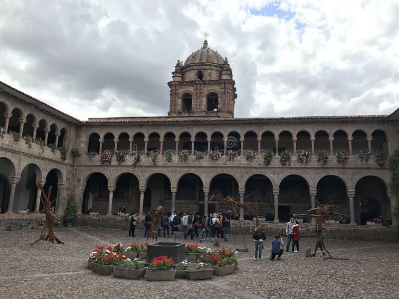 Vue de la place intérieure d'une cathédrale dans Cuzco photo stock