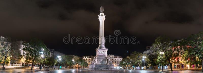 vue de la place de Restauradores et de son obélisque la nuit, Lisbonne, Portugal photographie stock libre de droits