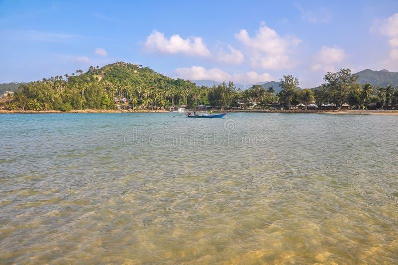 Vue de la plage d'une île tropicale de la mer photo libre de droits