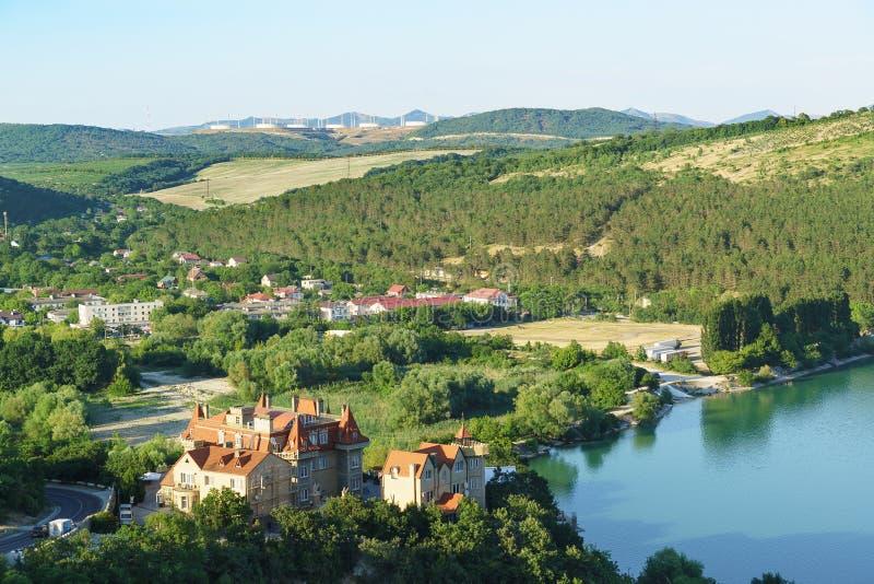 Vue de la plate-forme d'observation sur le bord du nord du village de station de vacances d'Abrau-Durso au quartier de la ville d photos stock