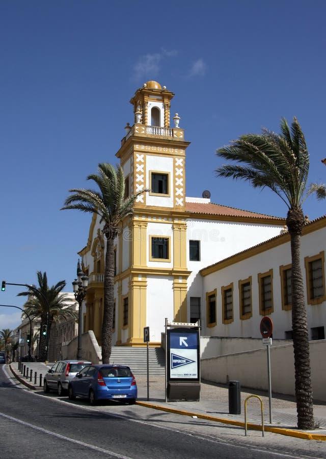 Vue de la porte de terre à Cadix Murs extérieurs séparant le vieux quart et le secteur moderne de ville photos stock