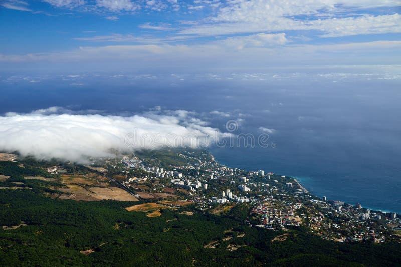 Vue de la primevère farineuse sur la petite ville de bord de la mer photo libre de droits