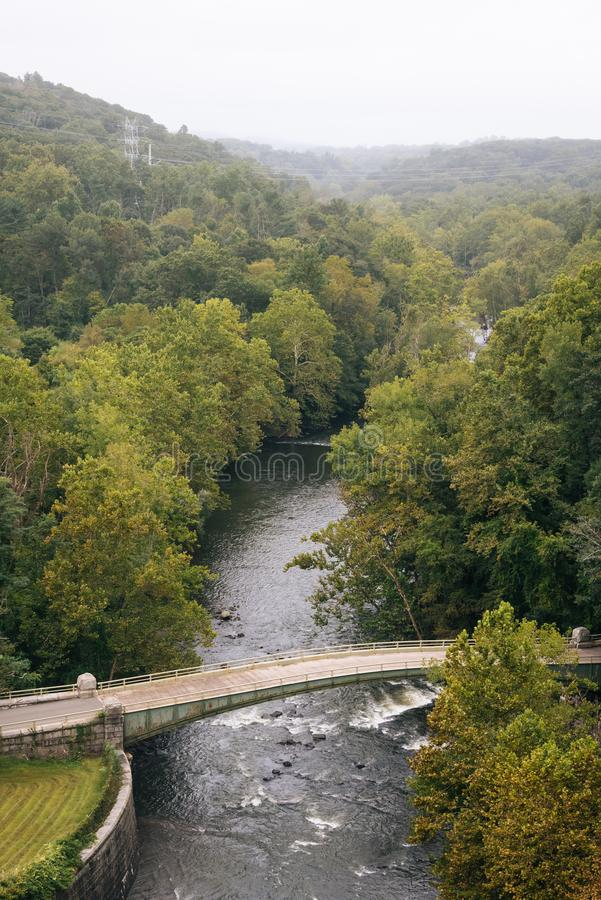 Vue de la rivière de Croton du nouveau barrage de Croton, dans le comté de Westchester, New York photo stock