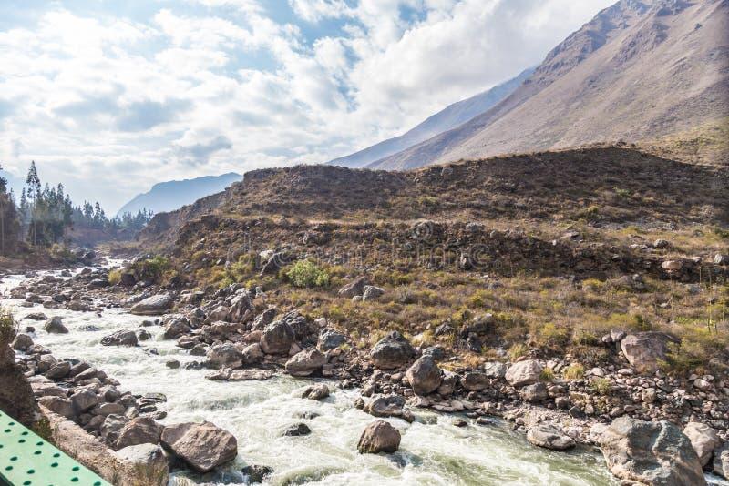 Vue de la rivière d'Urubamba du train à Machu Picchu, Cusco photo libre de droits