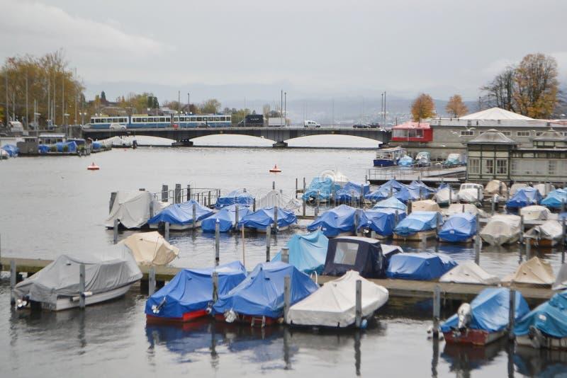 Vue de la rivière de Limmat et le centre de Zurich images stock