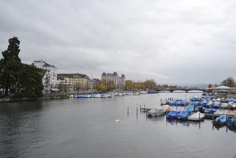 Vue de la rivière de Limmat et le centre de Zurich photographie stock
