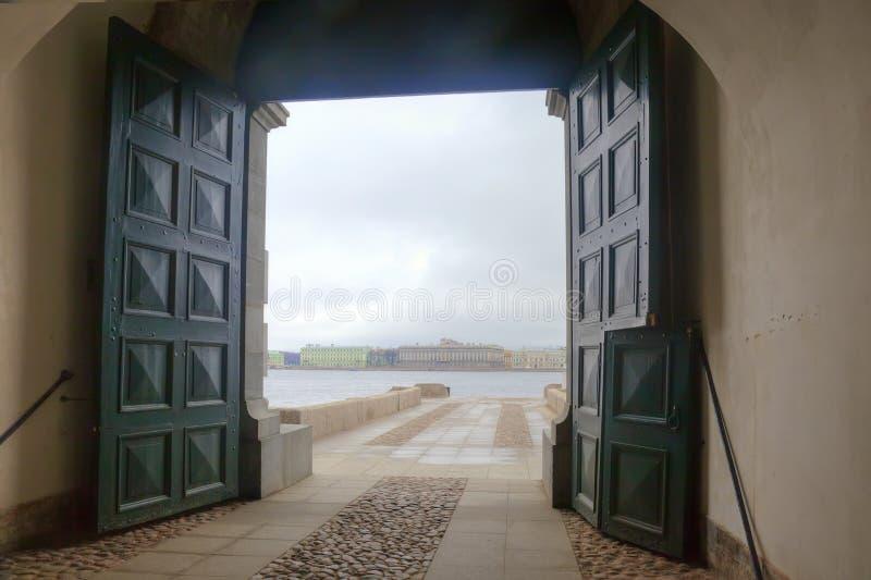 Vue de la rivière de Neva de la forteresse photo libre de droits