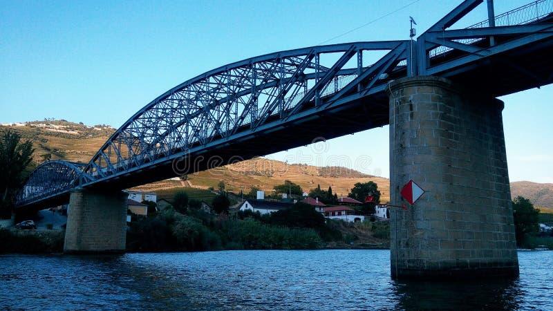 Vue de la rivière de Douro à Pinhao, à pont et à vilage au Portugal Voyage, paysage photographie stock libre de droits