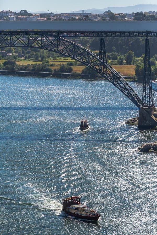 Vue de la rivière Douro et des ponts D Maria Pia et Infante, les banques et les bateaux naviguant sur la rivière image stock