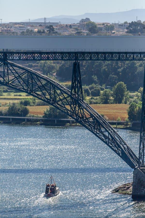 Vue de la rivière Douro et des ponts D Maria Pia et Infante, les banques et les bateaux naviguant sur la rivière photographie stock