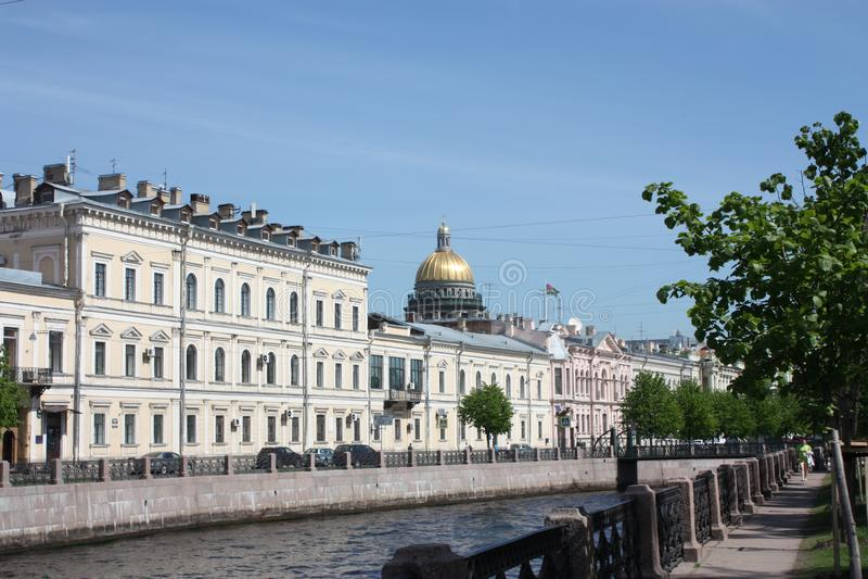 Vue de la rivière, du remblai et des bâtiments de Pétersbourg images libres de droits