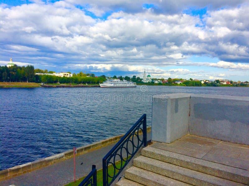 Vue de la rivière et du bateau en temps clair photos libres de droits