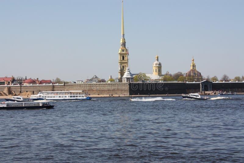 Vue de la rivière et de la forteresse de Peter et de Paul photographie stock libre de droits