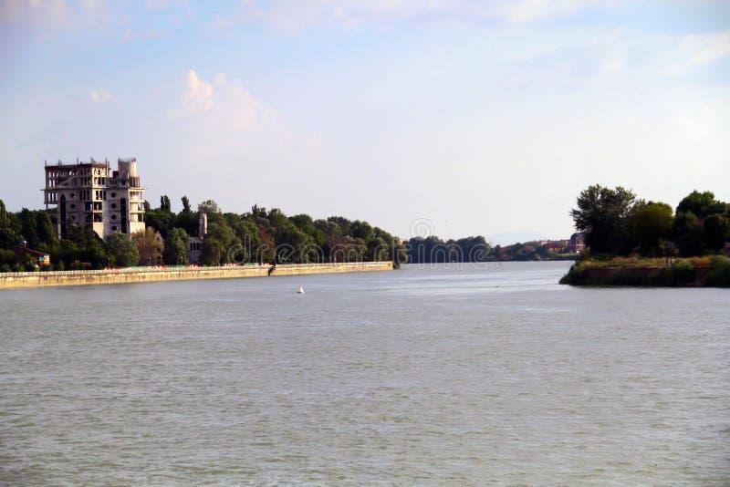 Vue de la rivière de Kuban dans Krasnodar construisant une maison non finie images stock