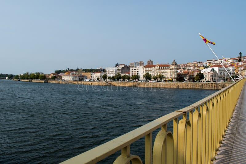 Vue de la rivière de Mondego et des bâtiments de la place de Portagem de Ponte De Santa Clara, Coimbra - Portugal images libres de droits