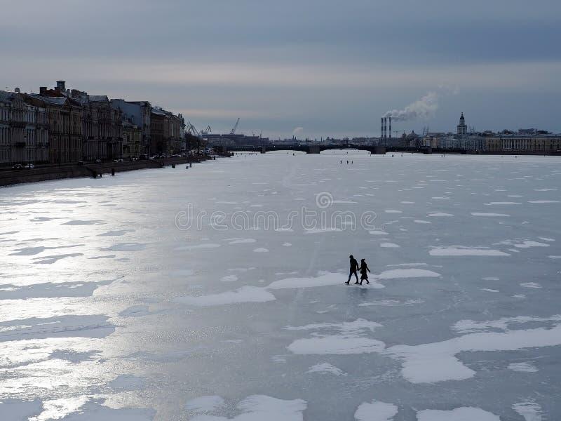 Vue de la rivière retenue par les glaces et du remblai dans la ville un jour ensoleillé d'hiver image libre de droits